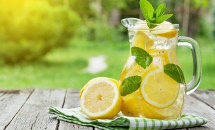 Metabolismo e perdita di peso, i benedici dell'acqua e limone