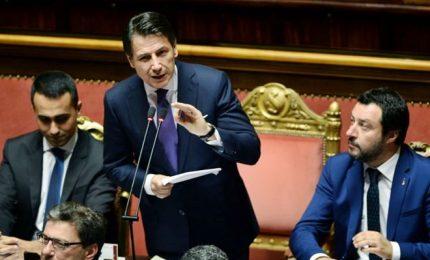 """Conte incassa la fiducia in Senato, siamo populisti. Pd: no al governo """"giallo-verde-nero"""""""