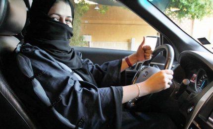 Donne al volante in Arabia Saudita: è fantastico, siamo autonome. Ecco perché il principe Mohammed bin Salman ha dato l'ok