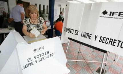 I messicani alle urne per il nuovo presidente. Favorito l'antiestablishment Manuel Lopez Obrador