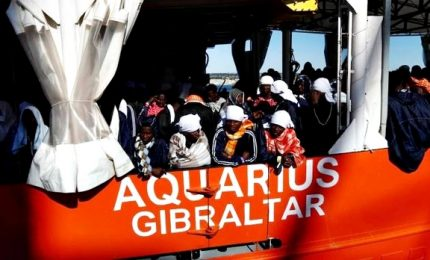 Migranti, appello  Aquarius all'Europa: dateci una nuova bandiera