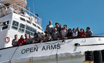 """""""Benvenuti a casa"""", Open Arms arriva a Barcellona con 60 migranti"""