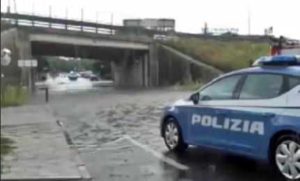 Auto nell'acqua, poliziotti nuotano e salvano due donne