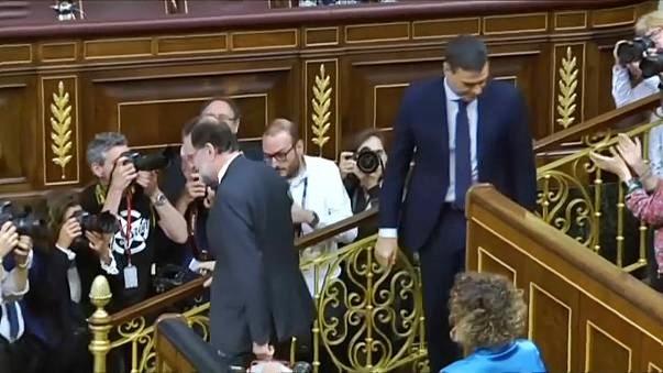 Spagna, per la prima volta il premier ha giurato senza Bibbia e crocifisso.Catalogna, la matassa da sbrogliare per Sanchez