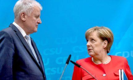 """Il leader Csu Seehofer: """"Non posso più lavorare con questa donna"""". Governo Merkel a rischio"""