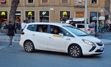 Miracolo a Palermo, donna partorisce in taxi. Tutto bene per mamma e figlio