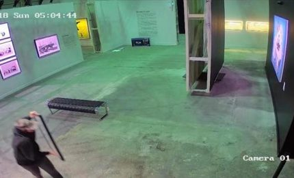 Il video del furto della tela di Bansky a Toronto