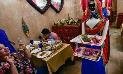 A Dubai al ristorante c'è Ruby, la cameriera-robot infaticabile