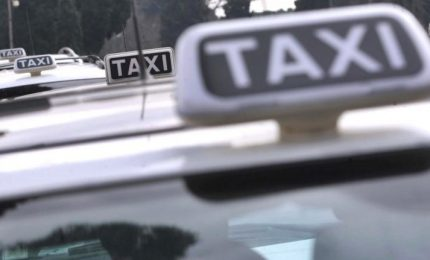 """I taxi in presidio al Senato: """"Pronti allo sciopero"""""""