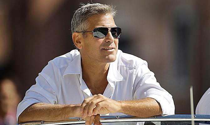 Clooney ferito in Sardegna, investito in scooter da auto