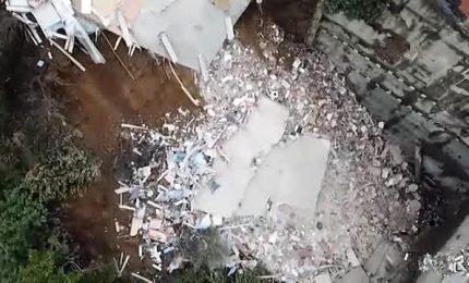 Crolla un palazzo a Istanbul, le immagini spettacolari
