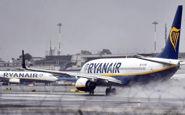 Atterraggio di emergenza a Francoforte, volo Ryanair senza ossigeno: 33 ricoverati