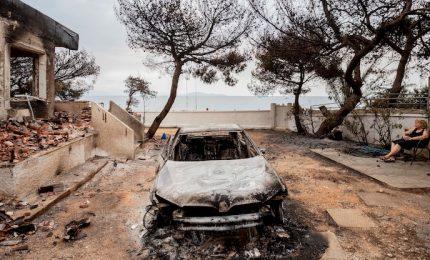 """Atene in fiamme, le vittime salgono oltre cento. Aiuti da tutta Europa alla Grecia. La Farnesina: """"Finora nessun italiano coinvolto"""""""
