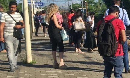 Guasto blocca treno nel Milanese, passeggeri sui binari