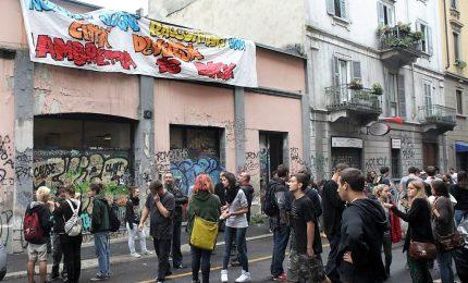 La Polizia sgombera il centro sociale Lambretta