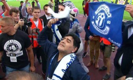 Maradona, fan bielorussi in delirio allo stadio di Brest