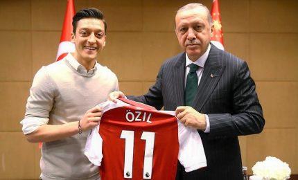 """Razzismo, in Germania scoppia il """"caso Ozil"""". Il centrocampista lascia la nazionale tedesca"""