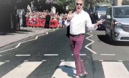 Paul McCartney attraversa le strisce di Abbey Road dopo 49 anni