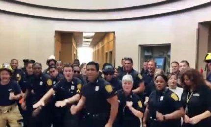 """Poliziotti ballerini sulle note di """"Uptown funk"""" di Bruno Mars"""