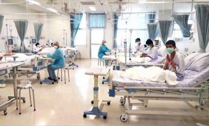 Thailandia, i ragazzi in ospedale salutano i genitori da un vetro