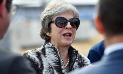 May rinvia voto parlamentare su accordo con Ue, opposizione all'attacco. Crolla la sterlina, preoccupati gli industriali