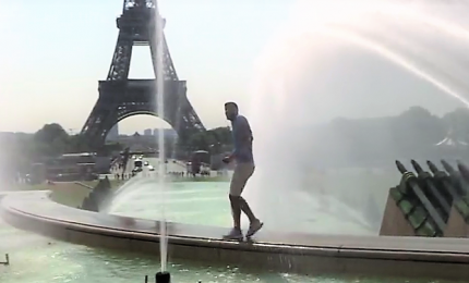 Parigi bollente, i turisti si bagnano nelle fontane