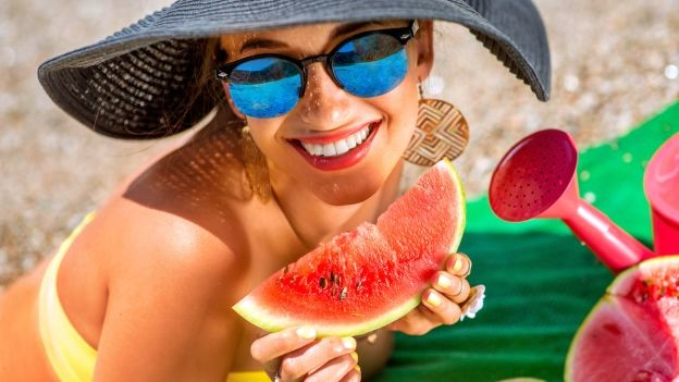 Vita da spiaggia, cibi leggeri e nutrienti nella borsa frigo