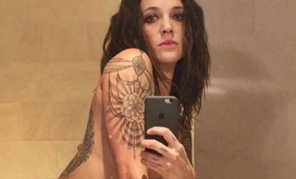 Asia Argento nuda col medio alzato per ricordare Anthony Bourdain