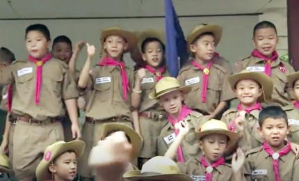 """Thailandia, centinaia di scolari cantano per i 12 """"cinghiali"""""""