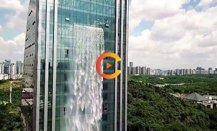 Architetture folli, in Cina la cascata sgorga da un grattacielo
