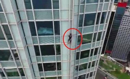 Lo Spiderman francese in cima al Four Seasons Hotel di Honk Kong