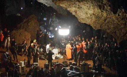 """Thailandia, i ragazzi intrappolati in una grotta hanno coperte e medicine. """"Non c'è fretta per il recupero"""""""
