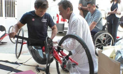 Nasce un prototipo di handbike con posizione inginocchiata per avvicinare al paraciclismo
