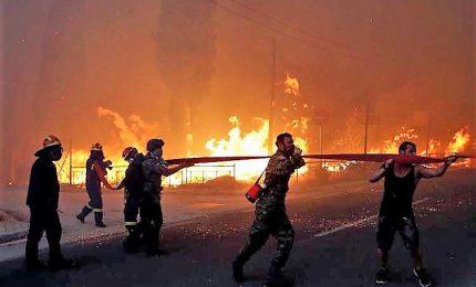 Grecia sotto shock e in lutto dopo gli incendi, almeno 60 morti. Tanti cadaveri carbonizzati, tra questi molti di bambini