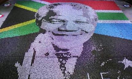 Nelson Mandela, mosaico gigante con le lattine per il centenario