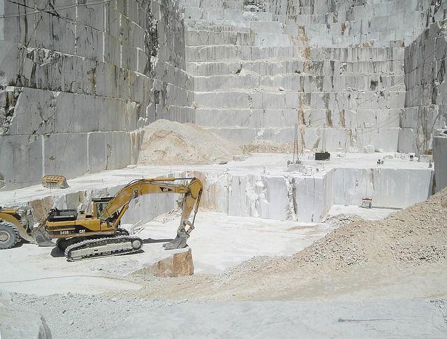 Carrara, un operaio muore schiacciato da un blocco di marmo