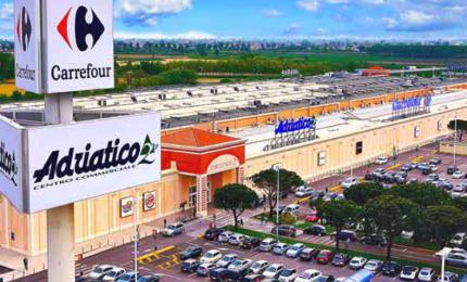 Decine di persone accusano malessere, evacuato centro commerciale. In azione anche I vigili del fuoco del nucleo biologico chimico radiologico