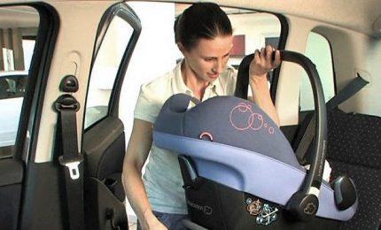 Sicurezza dei bambini in auto, presto obbligo del dispositivo anti-abbandono
