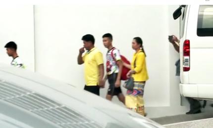 Escono dall'ospedale i ragazzi bloccati nella grotta