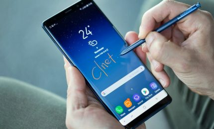 Alcuni smartphone inviano foto a caso ai contatti. Segnalare i casi