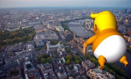 """Gonfiato il """"Trump Baby"""" che volerà su Londra durante le proteste"""