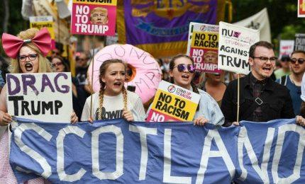 Doccia scozzese per Trump, la premier sceglie il Gay Pride invece di incontrare il presidente Usa