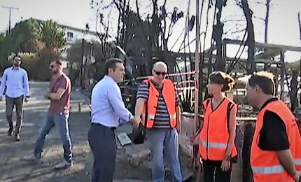 Il premier Tsipras visita i luoghi degli incendi