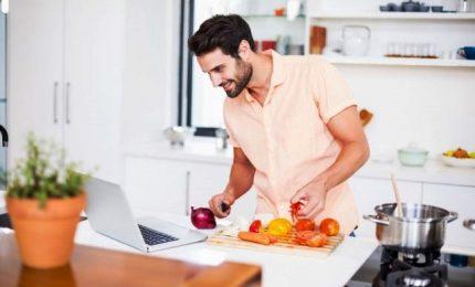 Gli uomini di oggi? Senza stereotipi: fanno la spesa e cucinano