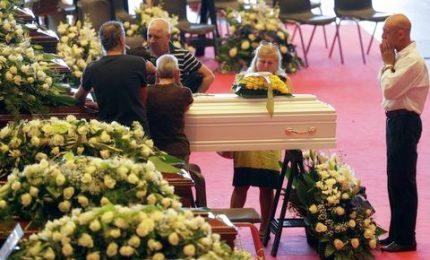 """Migliaia ai funerali, applausi ai soccorritori. Mattarella: """"Perseguire le responsabilità"""""""