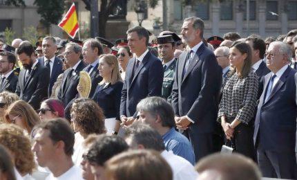 Barcellona commemora vittime dell'attentato, è polemica