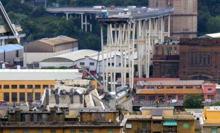 """Tragedia a Genova, crolla il Ponte Morandi: decine vittime, si indaga per omicidio. I tecnici: """"E' stato progettato male"""". Società Autostrade: """"Non ci risulta che fosse pericoloso e che andava chiuso"""""""