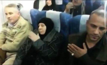Il volo della penitenza, passeggeri si autoflagellano in aereo