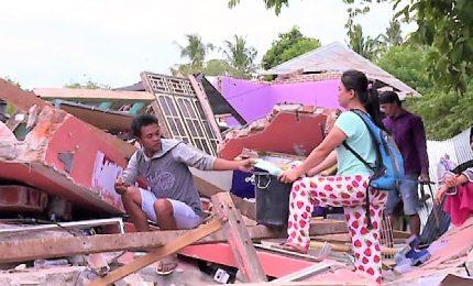 In Indonesia si scava tra i detriti per recuperare i propri beni. Finora si parla di 319 morti
