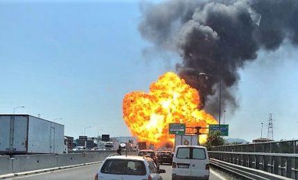 Incendio a Bologna, un morto e oltre 60 feriti. Ponte A14 in parte crollato. Le scene dell'esplosione